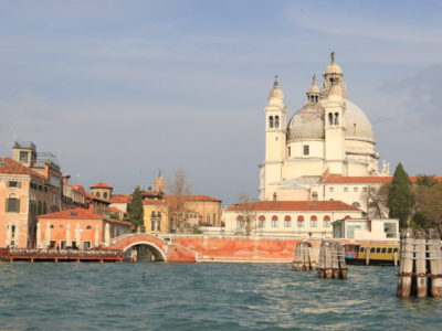 """""""水市""""是水船、""""亞得里亞海皇后""""、出發前往威尼斯被稱為""""下沉城市。"""