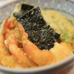 天ぷら「天錦」の熱々鍋に手を入れて豪快に揚げるパフォーマンスは必見