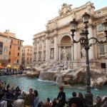 在羅馬的古代跳閘而放縱的心情在特雷維噴泉的 《 羅馬假日 》