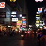 不同的一天和晚上臉偷看 '是隆' thaniya,Patpong 紅燈區的閃閃發光的霓虹燈