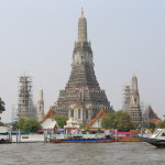 Trying to use boats to move the river is the Chao Phraya Express boat Temple Tour