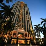 沿著閃閃發光的晚上氣氛湄南河曼谷半島酒店