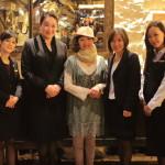 「パレ・デ・シン」女性GMに日本伝統工芸品である松井機業の「しけ絹」を贈呈!