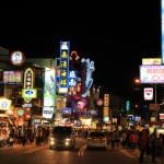"""臺灣最南端 """"墾丁大街夜市"""" 最大擠滿了小吃和美食的餐廳和酒吧夜市"""