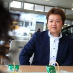 「ネッツトヤマノヴェル富山」副店長の佐伯さんとヴェルファイヤの商談