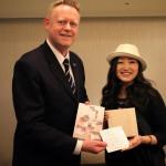 「シャーウッド台北」名物GMのAchimに富山の伝統工芸品をプレゼンテーション!