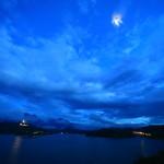"""""""拉魯漢,AOI 房子""""皇家藍色的天空和光澤柔和的月光下"""