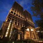 「台北美福大飯店 Grand Mayfull」夕刻を過ぎた夜空に一際輝きを見せ存在感を放つホテル