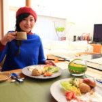 手工製作的麵包和烤熱的新煮的咖啡在幸福的早晨
