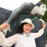 Vangi 博物館的藝術雕塑與自然融合 ! 鐵線蓮在假期幸福花園。