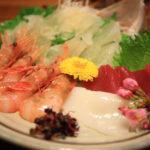 享受新鮮的當地海鮮和美味的清酒, 精心挑選的良好的一般風味市場酒館的成分