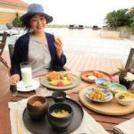 「ザ・リッツ・カールトン沖縄」名護湾を望むテラスでブッフェ形式の朝食